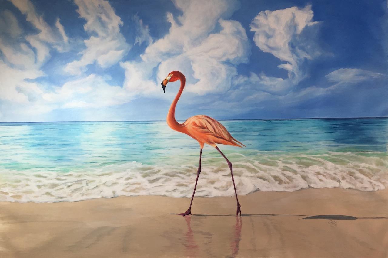 Flamingo stolziert am Meer